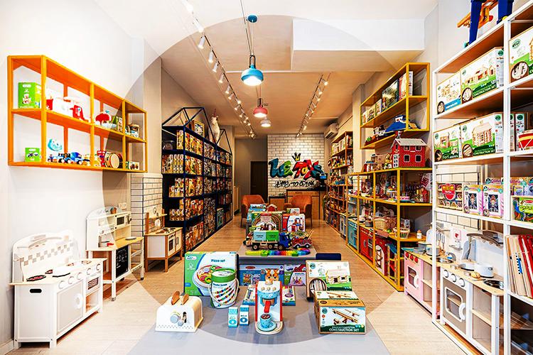 Công việc hằng ngày của chủ cửa hàng buôn bán đồ chơi trẻ em